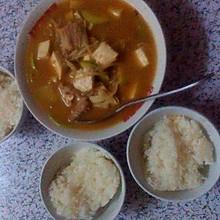 混合美味的石锅酱汤