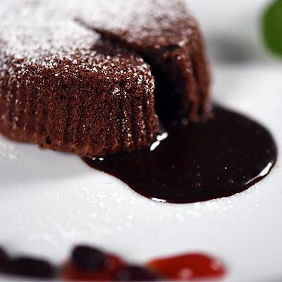 包藏甜蜜的巧克力熔岩蛋糕