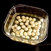 银耳莲子百合小米粥的做法图解2