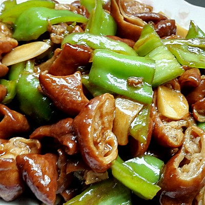尖椒肥肠,好吃的不行的快手菜。