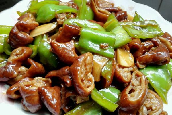 尖椒肥肠,好吃的不行的快手菜。的做法