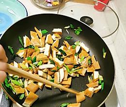 蒜苗炒卤香干的做法