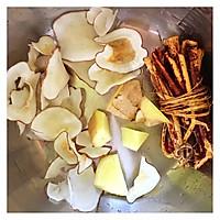 五指毛桃海底椰山药枸杞子排骨汤#新年开运菜,好事自然来#的做法图解1
