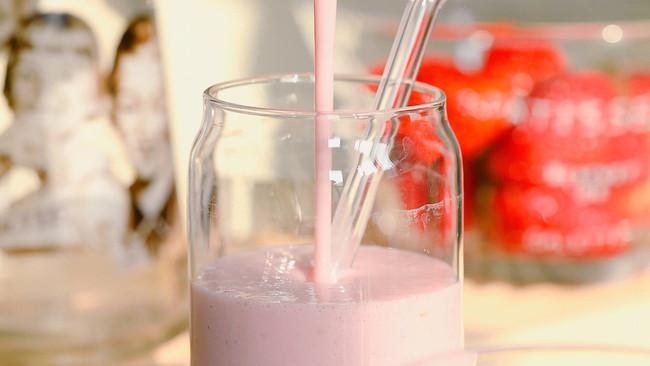 玛丽苏天然饮料【草莓奶昔】的做法