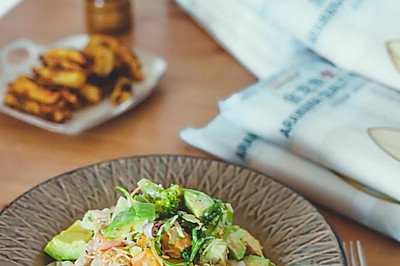 鸡肉酪梨沙拉拌凉面佐烤薯角