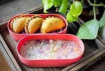 营养便当:韭菜盒子配彩色酒酿的做法