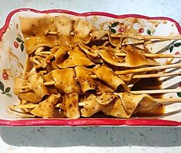 蘸着甜面酱的豆腐皮的做法