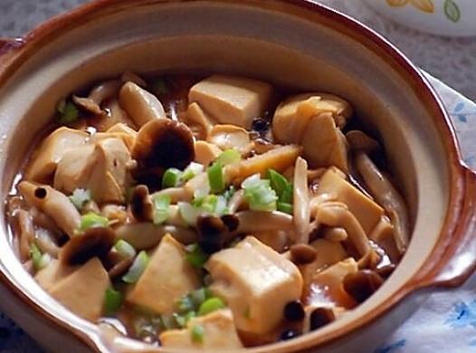 豆腐不易碎的小窍门--砂锅蟹味菇豆腐煲