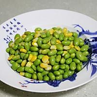 快手家常菜:五彩缤纷的香肠炒青豆的做法图解3