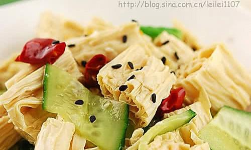 腐竹怎样吃才够劲儿:餐桌凉菜之抢手货的油泼黄瓜腐竹的做法