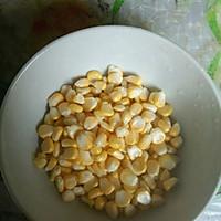 豌豆玉米炒腊肠的做法图解2