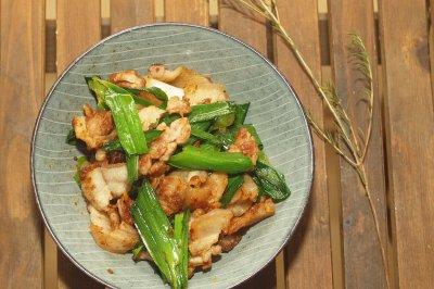 青蒜炒五花肉,除了川菜的回锅肉,还可用沙茶酱做一道潮汕家常菜