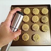 广式莲蓉蛋黄月饼的做法图解16