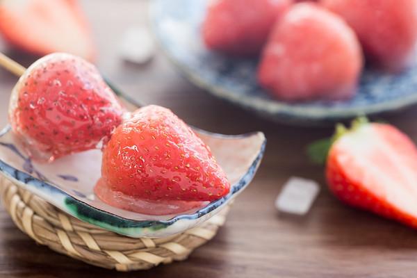 草莓冰糖葫芦的做法