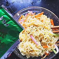 时蔬泡面披萨#小虾创意料理#的做法图解4