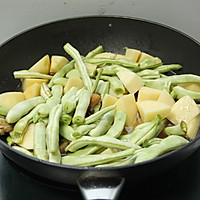 五花肉土豆芸豆炖的做法图解8