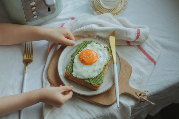 牛油果煎蛋开放吐司的做法