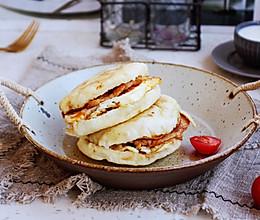 #秋天怎么吃# 烧饼夹香煎鸡胸肉(营养早餐)的做法