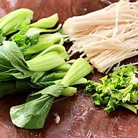 #憋在家里吃什么#金针菇豆腐鱿鱼煲的做法图解3