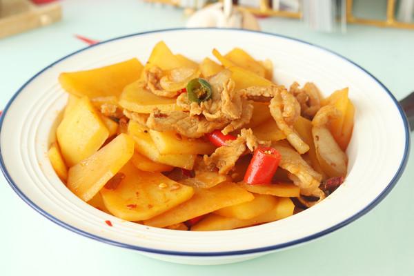 土豆肉片炒的想好吃,肉和调料是关键,选不对,难怪没饭店好吃的做法