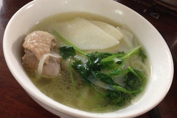 鹅掌鹅翅煲竹笋汤的做法