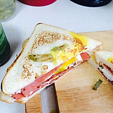 美味火腿煎蛋三明治