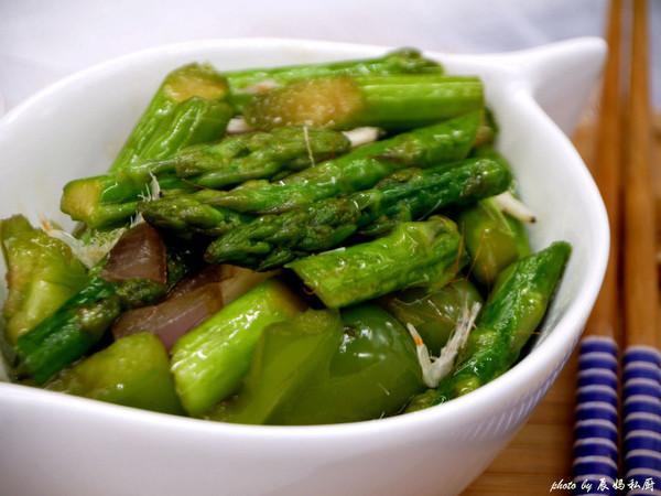清脆的炒芦笋的做法