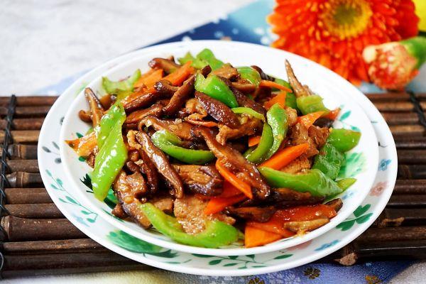 营养下饭的胡萝卜香菇炒肉的做法