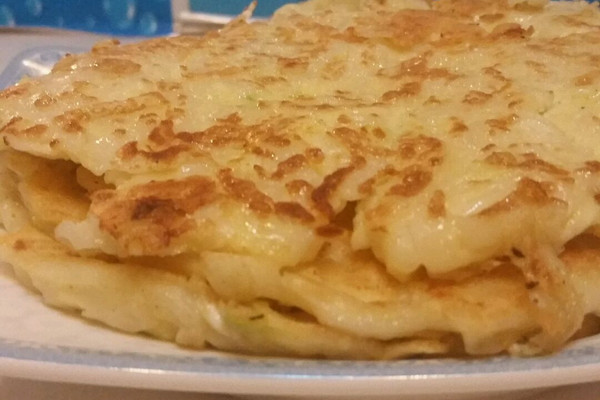 巧做剩饭之——香煎面条鸡蛋饼的做法