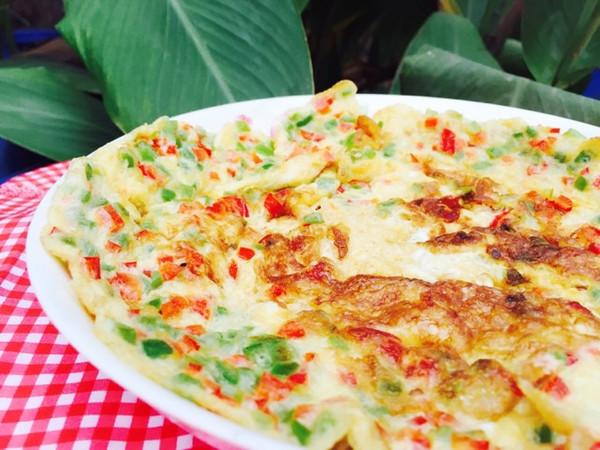 鸡蛋这样煎也很漂亮--青红椒煎鸡蛋的做法
