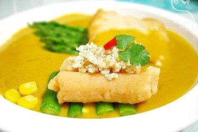 嫩煎青鱼配咖喱牛奶汁和芦笋鱼松色拉