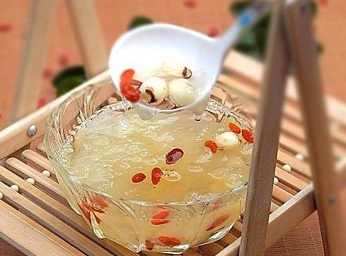 适合夏天喝的安神汤——银耳莲子枸杞汤的做法