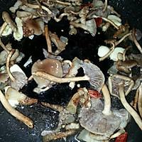 干煸茶树菇芹菜的做法图解3
