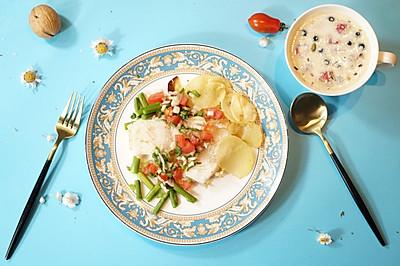 精致早餐:香煎龙利鱼配牛奶莓果燕麦片