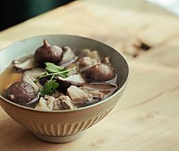 黑蒜排骨养生汤的做法