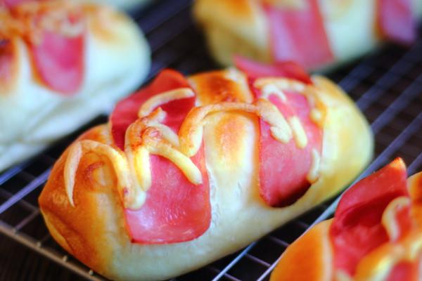 培根肉松面包的做法