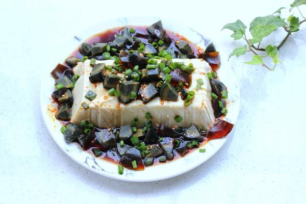夏日三分钟凉拌菜~皮蛋豆腐的做法