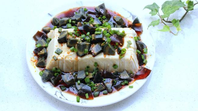 #一人一道拿手菜#夏日三分钟凉拌菜~皮蛋豆腐的做法