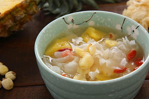 菠萝银耳羹,夏季必喝的美容养颜排毒汤的做法