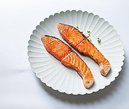 盐味煎三文鱼-禁欲系日式料理,巧用盐烹煮食物的做法