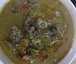 金针菇酸汤肥牛的做法