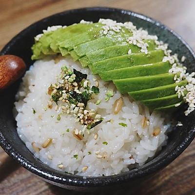 牛油果香松拌饭