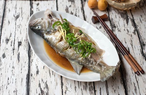 清蒸鲈鱼——蒸鱼好吃又不腥的小秘密都在这里了的做法