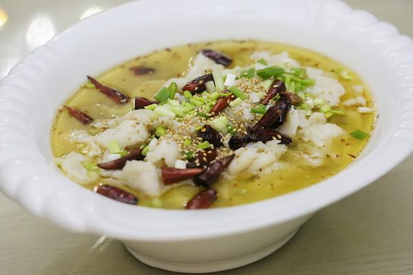 金针菇巴沙鱼柳酸菜鱼(宴美国客菜)的做法