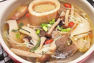 牛棒骨菌菇汤