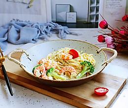 #换着花样吃早餐#鲜虾菌菇白汁意面的做法