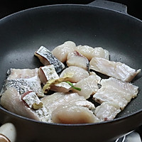 【豆腐炖鱼汤】#快手又营养,我家的冬日必备菜品#的做法图解4