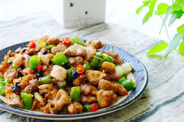 藤椒小炒鸡腿肉-下饭菜的做法