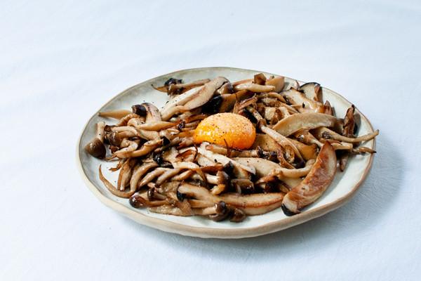 卵黄煎菌菇的做法