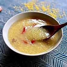 #快手又营养,我家的冬日必备菜品#绵软香浓的小米红枣枸杞粥